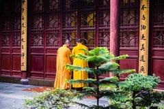 Dos monjes que se colocan al lado del templo Imagenes de archivo