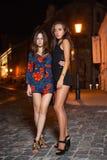 Dos morenitas jovenes encantadoras fotos de archivo