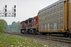 Dos motores diesel acarrean los coches de carga hacia el oeste en Georgetown, Ontario imagen de archivo