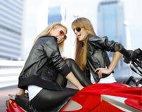 Dos motoristas y motocicletas alegres Imagen de archivo libre de regalías