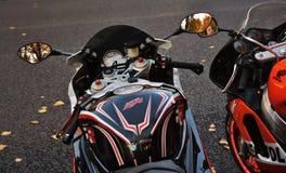 Dos motos se colocan en fila La naturaleza del otoño se refleja en espejos foto de archivo libre de regalías
