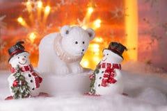 Dos muñecos de nieve con el oso polar, Feliz Año Nuevo 2017, la Navidad Foto de archivo libre de regalías
