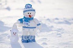 Dos muñecos de nieve divertidos. Imagen de archivo libre de regalías