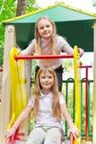 Dos muchachas activas en la plataforma del cuarto de niños Imágenes de archivo libres de regalías