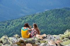 Dos muchachas admiran la vista de las montañas Fotos de archivo
