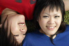 Dos muchachas adolescentes asiáticas felices Imagenes de archivo