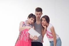 Dos muchachas adolescentes atractivas y un muchacho se divierten, Imágenes de archivo libres de regalías