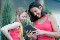Dos muchachas adolescentes con la tableta Foto de archivo