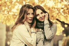 Dos muchachas adolescentes de la moda de los jóvenes en parque del otoño Foto de archivo