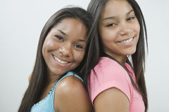 Dos muchachas adolescentes de nuevo a la parte posterior. Foto de archivo libre de regalías