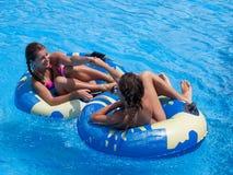 Dos muchachas adolescentes en la piscina Imagen de archivo