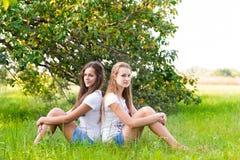 Dos muchachas adolescentes en parque Imagen de archivo