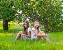 Dos muchachas adolescentes en parque Imagenes de archivo