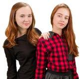 Dos muchachas adolescentes hermosas en ropa roja y negra Fotos de archivo libres de regalías