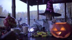 Dos muchachas adolescentes que comparten candys después de truco o de la invitación en Halloween almacen de video