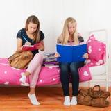 Dos muchachas adolescentes que hacen la preparación junta Foto de archivo libre de regalías