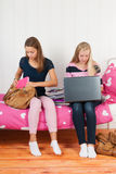Dos muchachas adolescentes que hacen la preparación junta Imagen de archivo libre de regalías