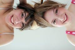 Dos muchachas adolescentes sonrientes que se divierten Foto de archivo libre de regalías