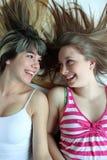 Dos muchachas adolescentes sonrientes que se divierten junto Foto de archivo