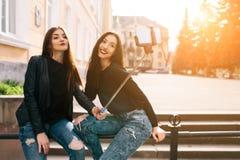 Dos muchachas adultas jovenes Fotos de archivo libres de regalías