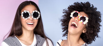 Dos muchachas afroamericanas que se divierten Imagen de archivo libre de regalías