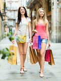 Dos muchachas agradables con caminar de los panieres Fotos de archivo libres de regalías