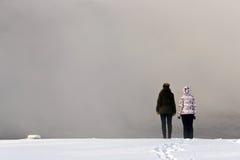 Dos muchachas al borde de la niebla Fotos de archivo libres de regalías