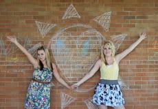 Dos muchachas al lado de un corazón Fotos de archivo libres de regalías