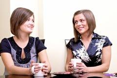 Dos muchachas alegres. Foto de archivo libre de regalías