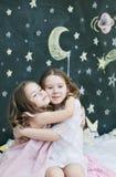 Dos muchachas alegres de abarcamiento Imágenes de archivo libres de regalías