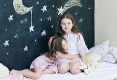 Dos muchachas alegres de abarcamiento Imagen de archivo