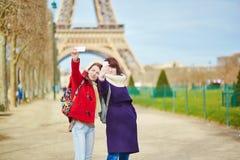 Dos muchachas alegres en París Imagen de archivo libre de regalías