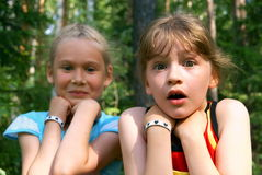 Dos muchachas asustadas Imagen de archivo libre de regalías