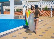 Dos muchachas atractivas del inconformista que bailan con los círculos de la natación Imagenes de archivo