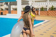 Dos muchachas atractivas del inconformista que bailan con los círculos de la natación Fotografía de archivo
