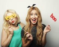 Dos muchachas atractivas elegantes del inconformista listas para el partido Fotos de archivo