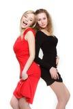 Dos muchachas atractivas en rojo y negro Fotos de archivo