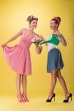 Dos muchachas atractivas hermosas con llevar bonito de la sonrisa Fotos de archivo libres de regalías