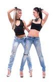Dos muchachas atractivas presentación, aislada sobre blanco Fotos de archivo