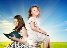 Dos muchachas bastante lindas foto de archivo