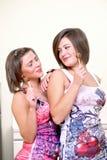 Dos muchachas bonitas con los lollipops Imagenes de archivo