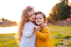 Dos muchachas bonitas en sol del verano Imagen de archivo libre de regalías