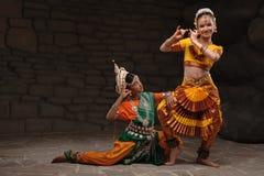 Dos muchachas bonitas en trajes tradicionales Imagenes de archivo