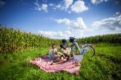 Dos muchachas bonitas hacen una comida campestre Fotos de archivo libres de regalías