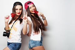 dos muchachas bonitas jovenes del inconformista Fotos de archivo