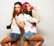 dos muchachas bonitas jovenes del inconformista Foto de archivo