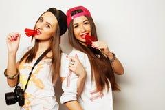 dos muchachas bonitas jovenes del inconformista Imagen de archivo