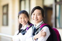 Dos muchachas bonitas sonrientes del estudiante Fotos de archivo libres de regalías