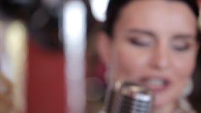 Dos muchachas carismáticas en vestidos de noche cantan en un partido metrajes
