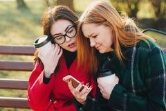 Dos muchachas con el artilugio Fotos de archivo libres de regalías